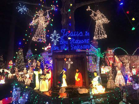 Người dân thị trấn Fairfield, bang Connecticut - Mỹ trang trí đèn đón Giáng sinh Ảnh: REUTERS