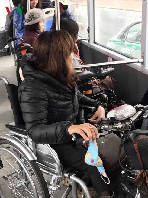 Một số người đi xe lăn lựa chọn buýt nhanh.
