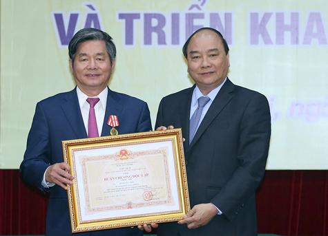 Thay mặt lãnh đạo Đảng, Nhà nước, Thủ tướng Nguyễn Xuân Phúc trao Huân chương Độc lập hạng Nhì cho nguyên Bộ trưởng Bộ KH&ĐT Bùi Quang Vinh
