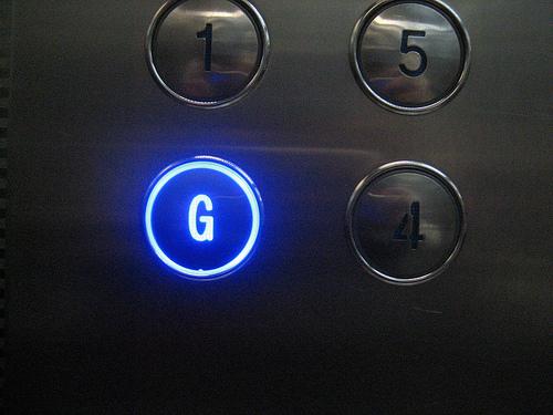 Phím bấm đáng sợ nhất trong thang máy