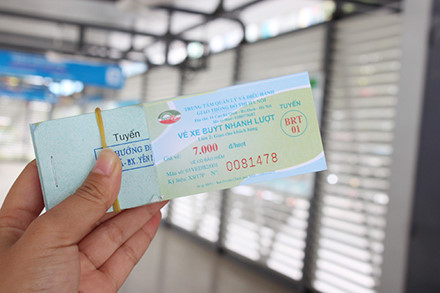 Buýt nhanh BRT đông khách ngày đầu thu phí - Ảnh 2.