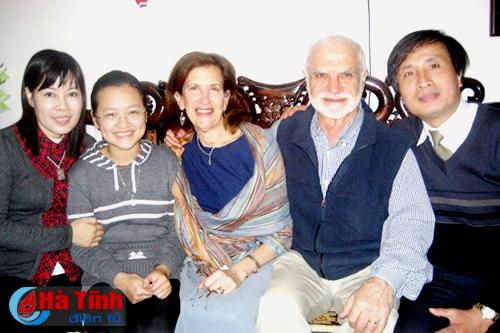 Vợ chồng GS.TS Chris Carolynn Maltas thăm gia đình sinh viên Tôn Hà Anh tại Hà Nội. (ảnh gia đình cung cấp)