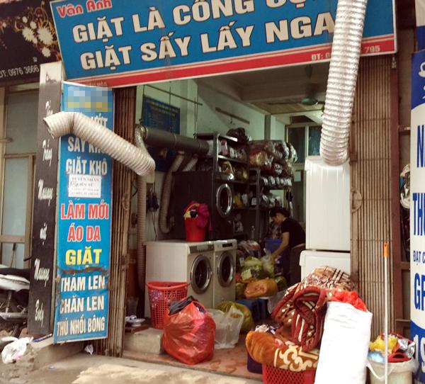 Một tiệm giặt là trên phố Yên Hòa chất đống quần áo, chăn màn vì lượng khách sử dụng dịch vụ nhiều bất thường.