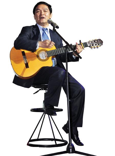 Mê đàn, hát ông Lê Viết Hải thừa nhận sự lãng mạn giúp ông có nhiều sáng tạo và thăng hoa trong công việc