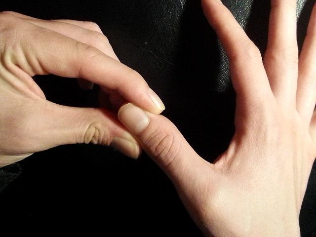Bóp chặt đầu móng tay là cách Đông y kiểm tra sức khỏe nội tạng (Ảnh minh họa)