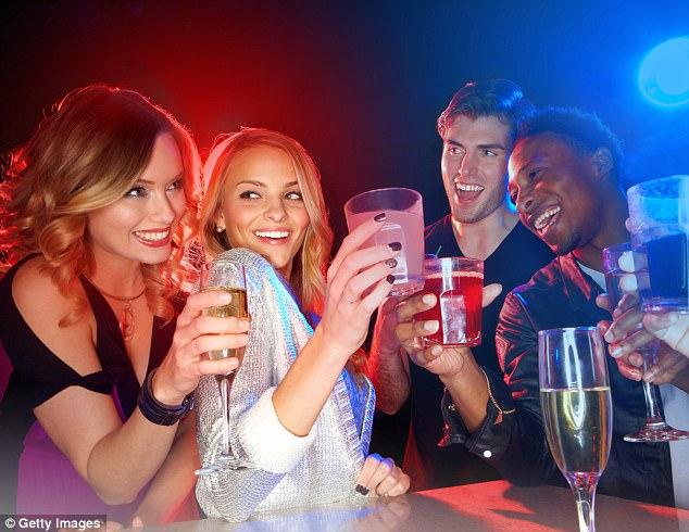 Uống rượu vào ban đêm sẽ khác với uống vào ban ngày. Ảnh Getty.