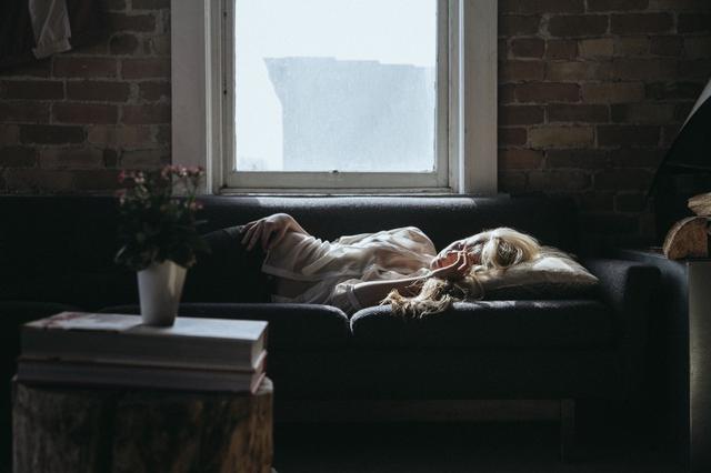 Ngủ nướng vài giờ cuối tuần, bạn đang hủy hoại sức khỏe của chính mình - Ảnh 1.
