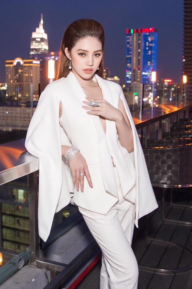 Cuộc sống ngập trong đồ hiệu, du lịch xa xỉ của Jolie Nguyễn - nàng hoa hậu trong hội con nhà giàu - Ảnh 2.