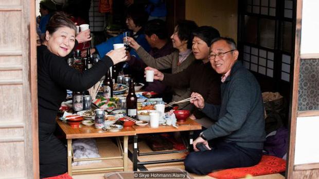 Các hoạt động xã hội giúp người già trên đảo Okinawa gắn kết hơn với nhau; từ đó giảm áp lực trong cuộc sống và luôn vui vẻ hạnh phúc.