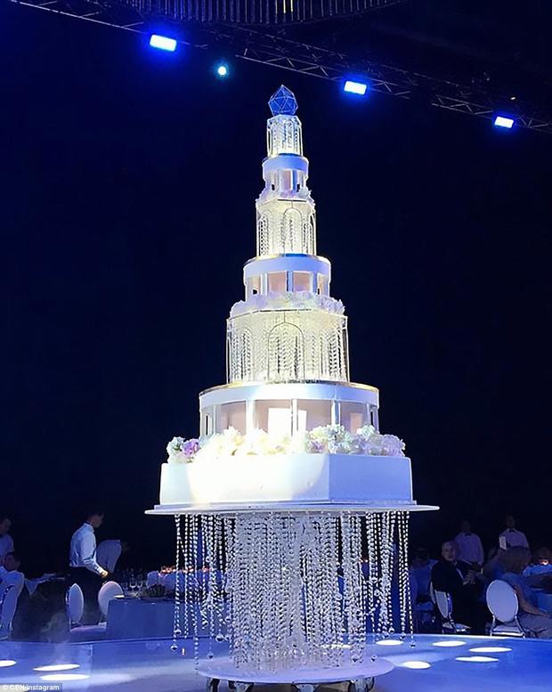 Chiếc bánh cưới 8 tầng được trang trí cùng đèn chùm lấp lánh.