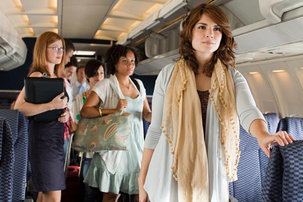 Hãng hàng không giá rẻ ở Colombia muốn hành khách đứng trên máy bay để giảm giá vé - Ảnh 1.