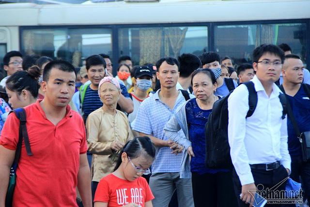 Hà Nội: Tắc khắp ngả, đông nghẹt bến xe trước nghỉ lễ  - Ảnh 2.