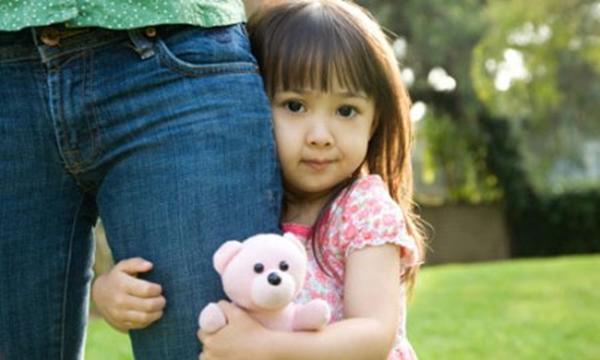 Không nên dán nhãn trẻ là đứa bé nhút nhát (Ảnh minh họa).