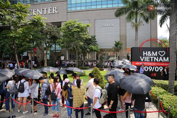 H&M khai trương: 11h mới mở cửa mà từ 9h sáng dân tình đã đội nắng xếp hàng dài dằng dặc bên ngoài chờ đợi - Ảnh 1.