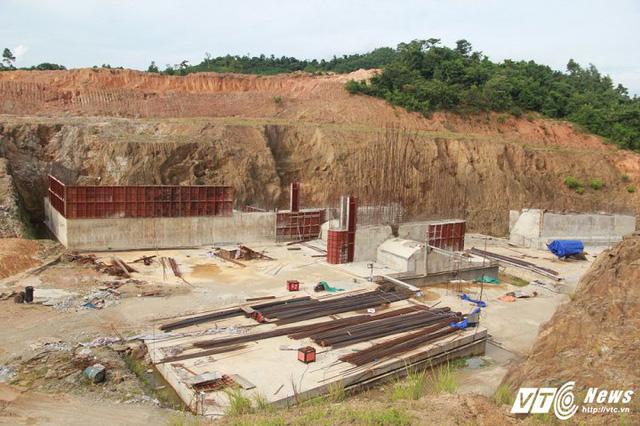 Cận cảnh dự án cấp nước đội vốn 2.500 tỷ đồng nằm 'đắp chiếu', sắt thép hoen gỉ - Ảnh 1.