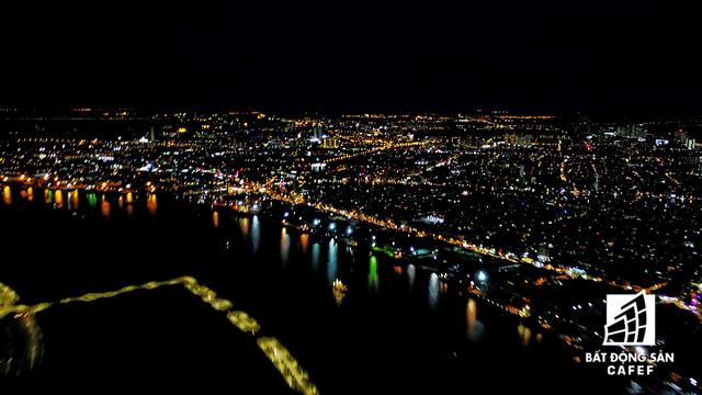 Ảnh: Nhiều cao ốc, khu đô thị mới rực rỡ về đêm khiến trung tâm Sài Gòn đẹp lung linh, huyền ảo - Ảnh 1.
