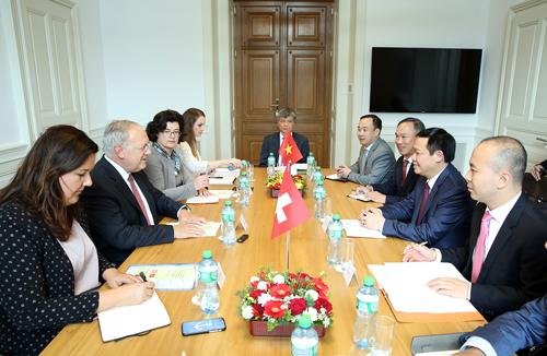 Phó Thủ tướng Vương Đình Huệ làm việc với Bộ trưởng Kinh tế, Đào tạo và Nghiên cứu Thụy Sĩ. Ảnh: VGP/Thành Chung