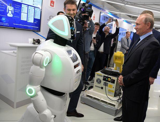 Chú Robot 2 lần chạy trốn khỏi phòng thí nghiệm được bắt tay với tổng thống Putin - Ảnh 1.