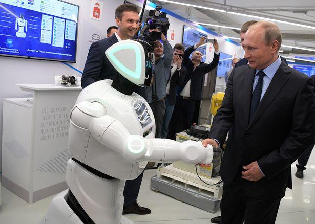 Chú Robot 2 lần chạy trốn khỏi phòng thí nghiệm được bắt tay với tổng thống Putin - Ảnh 2.
