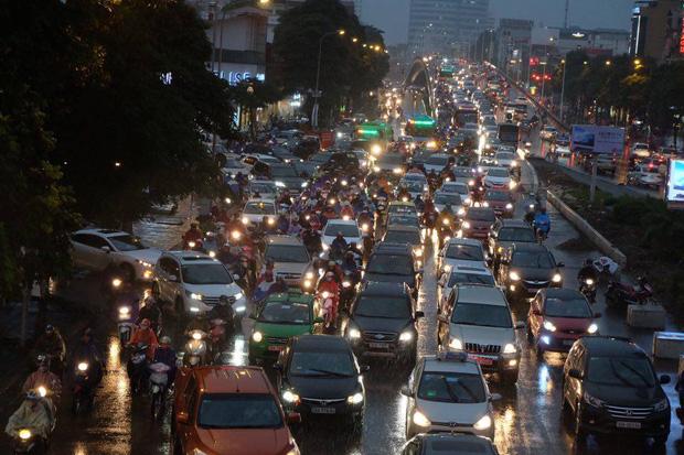 Chùm ảnh: Ảnh hưởng của bão số 10, người Hà Nội vội vã về nhà trong cơn mưa lớn - Ảnh 1.