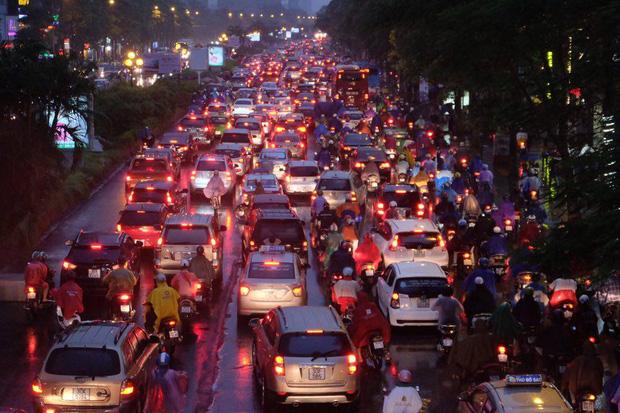 Chùm ảnh: Ảnh hưởng của bão số 10, người Hà Nội vội vã về nhà trong cơn mưa lớn - Ảnh 2.