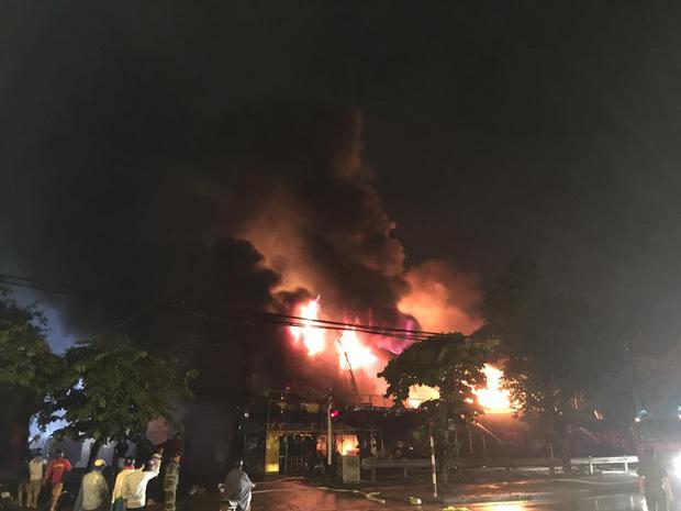Toàn bộ hàng hóa bị thiêu rụi, tan hoang sau vụ cháy lớn tại siêu thị ở Hà Nội - Ảnh 1.