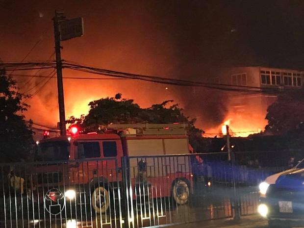 Toàn bộ hàng hóa bị thiêu rụi, tan hoang sau vụ cháy lớn tại siêu thị ở Hà Nội - Ảnh 2.