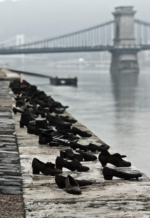 Nhìn thấy hơn 60 đôi giày bên dòng sông Danube ở Hungary, nhiều người bật khóc khi biết câu chuyện ám ảnh phía sau - Ảnh 2.