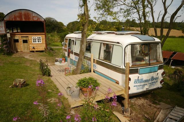 Ngôi nhà di động sang chảnh được làm từ chiếc xe buýt cũ của cô nàng độc thân - Ảnh 1.