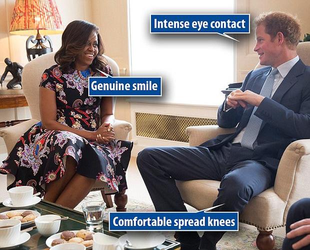Chuyên gia ngôn ngữ cơ thể chỉ ra sự khác biệt trong cách nói chuyện của Hoàng tử Anh với bà Melania Trump và bà Michelle Obama - Ảnh 2.