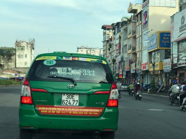 Thất thế trong cuộc tranh giành, taxi truyền thống đối đầu Uber, Grab bằng lòng yêu nước - Ảnh 1.