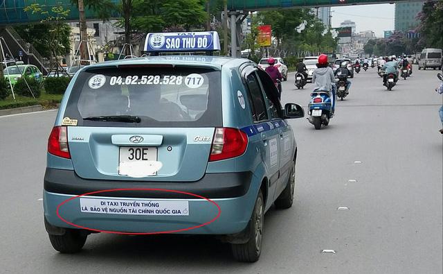 Thất thế trong cuộc tranh giành, taxi truyền thống đối đầu Uber, Grab bằng lòng yêu nước - Ảnh 2.