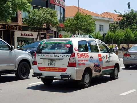 Lãnh đạo Taxi Vinasun: Lái xe tự phát, dán khẩu hiệu phản đối Uber, Grab - Ảnh 1.