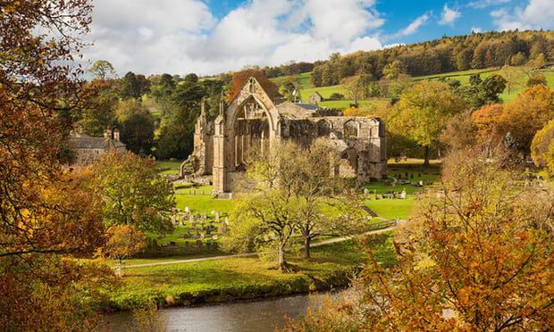 2. Bolton Abbey, North Yorkshire: Khu vực bảo tàng Abbey là một trong những điểm du lịch mùa thu ở nước Anh. Những cây sồi ngả vàng ở Strid Wood và lối đi sông Wharfe sẽ cho bạn thấy thế nào là sự kì diệu của mùa thu. Sắc màu mùa thu nơi đây chắc chắn sẽ bạn phải nao lòng.