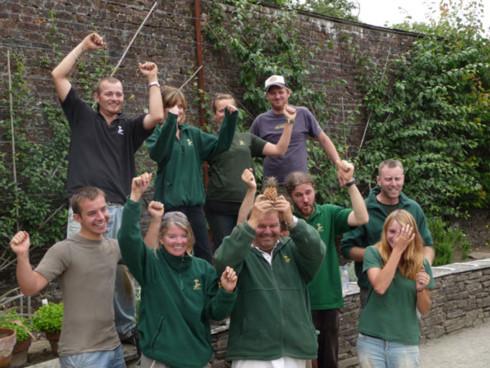 Các nhân viên trong vườn tự hào khoe trái dứa Heligan