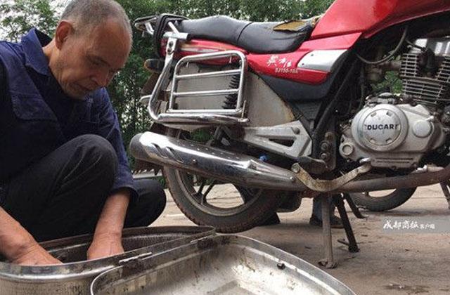 Khâm phục ông cụ mù loà kiếm sống hơn 30 năm bằng nghề sửa xe: Sờ máy, nghe pô là đoán trúng bệnh - Ảnh 1.
