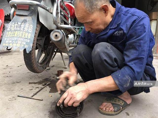Khâm phục ông cụ mù loà kiếm sống hơn 30 năm bằng nghề sửa xe: Sờ máy, nghe pô là đoán trúng bệnh - Ảnh 2.