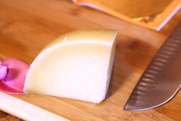 Thưởng thức bánh mỳ kẹp đắt nhất thế giới: Được bọc vàng 23K để hoàn thiện vẻ đẹp hoàng gia - Ảnh 2.
