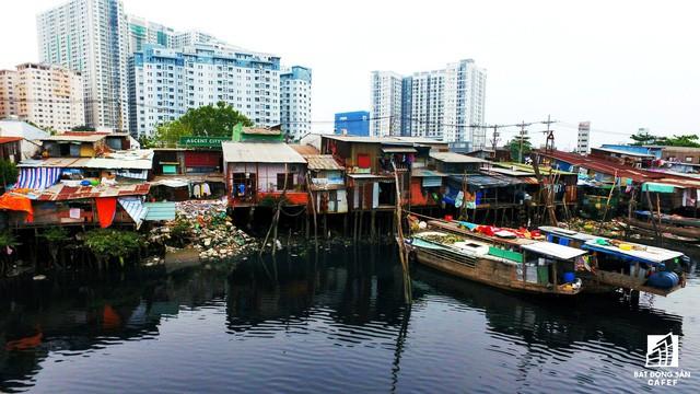 Toàn cảnh nhà ổ chuột ven kênh rạch Sài Gòn nhìn từ trên cao, cần tới 50.000 tỷ đồng để giải tỏa lấy đất phát triển đô thị - Ảnh 2.