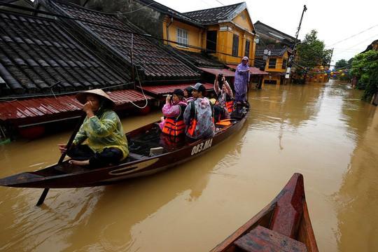 Hình ảnh lũ lụt miền Trung ngập tràn báo chí nước ngoài - Ảnh 2.