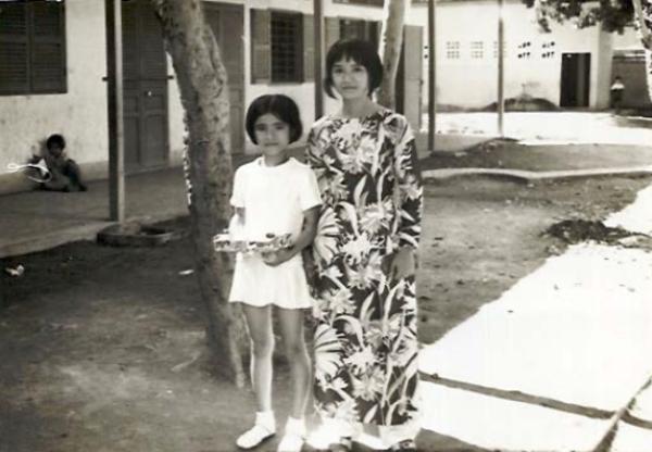Bà Loan chụp hình cùng cô giáo chủ nhiệm khi còn ở Việt Nam.