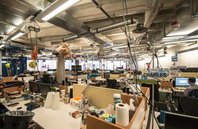 [Văn hóa doanh nghiệp] Vì sao từ sếp đến nhân viên Zappos đều phải làm qua công việc của nhân viên trực điện thoại? - Ảnh 1.