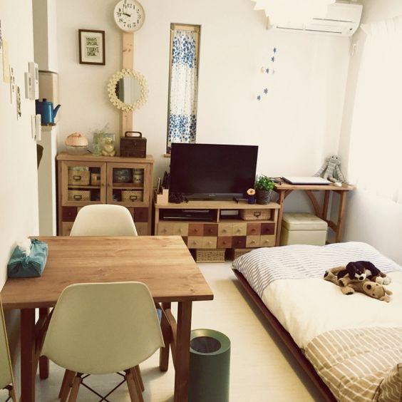 Nơi ở siêu đơn giản và ứng dụng cho người độc thân đây. Giường đơn là dát giường trải đệm. Bàn ăn kiêm làm việc cho 2 người. Hệ tủ đồ đơn giản, nhỏ gọn có tác dụng giúp căn phòng lưu trữ thêm gọn gàng