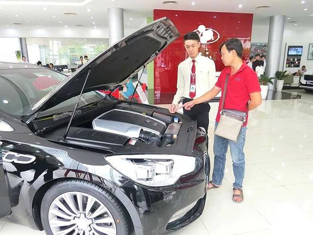 Tắc đường về, ô tô nhập khẩu tăng cả trăm triệu - Ảnh 1.