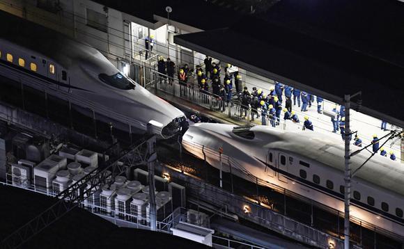 Con tàu gặp sự cố bị kéo đi từ ga Nagoya.