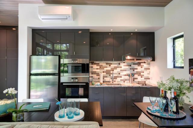 Khu vực bếp ăn được thiết kế mở nằm trong cùng một không gian với phòng khách. Ngay bên cạnh là chiếc bàn ăn có thể đủ chỗ cho rất nhiều người.