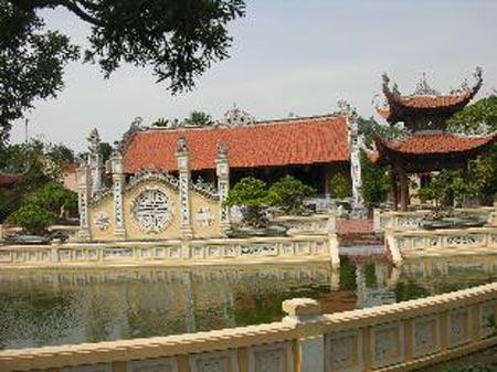 Phía trước khuôn viên ngôi nhà dát vàng ở Hải Dương.