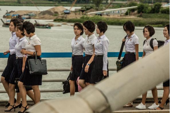 Các nữ sinh đi qua cầu ở ngoại ô Bình Nhưỡng