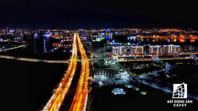 Ảnh: Nhiều cao ốc, khu đô thị mới rực rỡ về đêm khiến trung tâm Sài Gòn đẹp lung linh, huyền ảo - Ảnh 11.