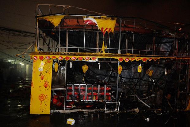 Toàn bộ hàng hóa bị thiêu rụi, tan hoang sau vụ cháy lớn tại siêu thị ở Hà Nội - Ảnh 11.